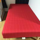 赤のシングルベッド