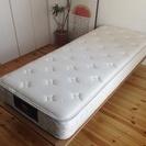 ベッドマット(サータ)&フレーム(無印良品)クイーンサイズ(スモールサイズ2セット)の画像