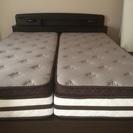 クイーンサイズベッド。使用1年。状態◎。ベッドフレーム茶色。