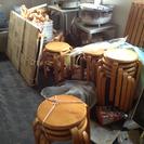 木の椅子多数