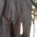 茶色の落ち着いたスーツです。