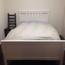 白の木製セミダブルベッド