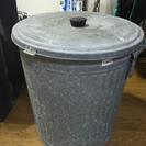 ブリキ製バケツ&プラスチック製ゴミ箱の画像