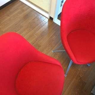 赤い椅子2脚