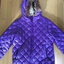 紫色のダウンコート