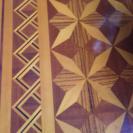 貴重な寄せ木細工を施したテーブルです。