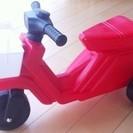 赤いミニバイク 前に白いかご付き