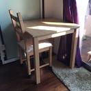 イケアの2人用ダイニングテーブルと椅子1脚(勉強机)