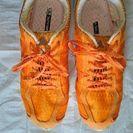 アディダスのオレンジスニーカー