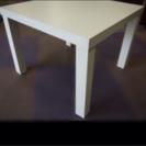 折りたたみ式の白いテーブル