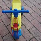 足でこいで遊ぶ三輪車 - 北九州市