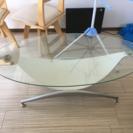 オシャレなガラステーブル。