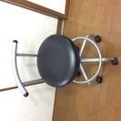 キャスター付き椅子(黒色)。足の手術後や妊婦の時等立ち仕事や動く...