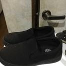 黒の厚底の靴