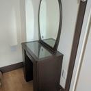 鏡付きのテーブル
