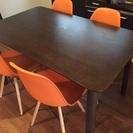ダイニングテーブルとオレンジ色のイームズチェアセット