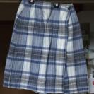 青チェックのスカート