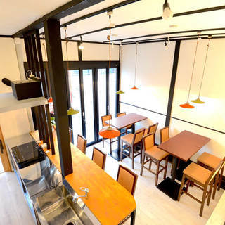 オシャレなカフェハイチェアとハイテーブル(バー、レストラン、テラ...