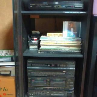ステレオスピーカーとレコードプレイヤーとコンポ