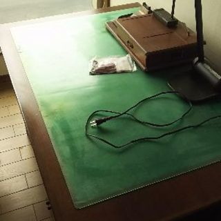 しっかりとした机と椅子のセットです