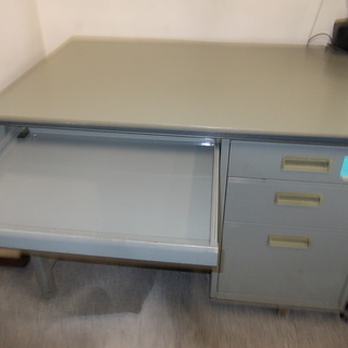 スチール製の事務机です