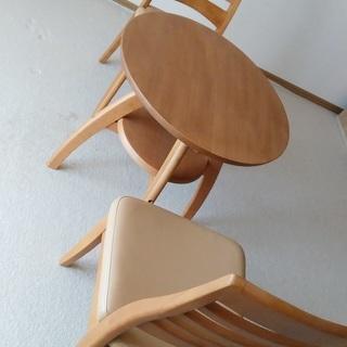 丸テーブルでしっかりしたつくりです。椅子とのセットどうぞ。