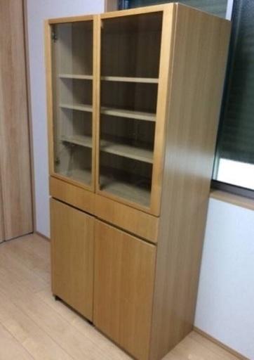 我が家の食器棚、右側の扉の裏に大きな穴が空いてますが大容量のお気に入り家具です^^
