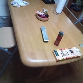 木造りの丈夫なテーブル
