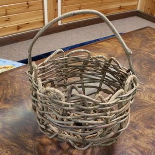 植物の蔓で編む籠作り