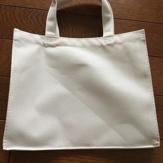 オフホワイトの小さいバッグ