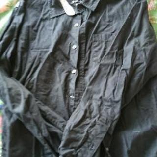 TKのバックプリントありのシャツ