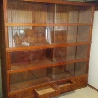 大型の書棚か食器棚