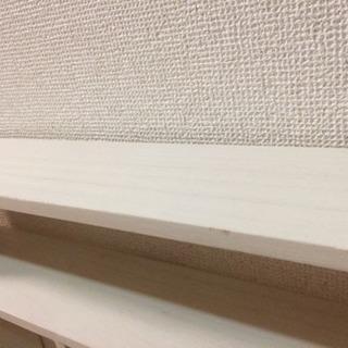 【受け渡し限定】ホワイト木棚・壁付け小棚2個セット!※一個は傷みひどめ、取り付け金具なし - 家具