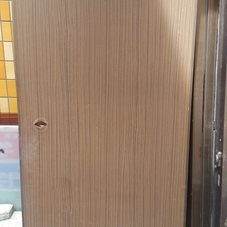 鍵付き木目調の扉