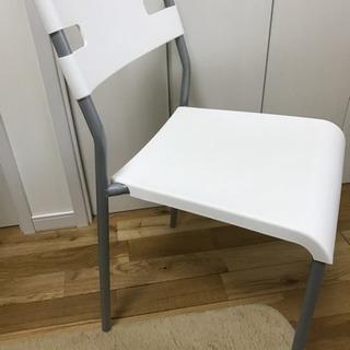IKEAの白いパイプ椅子  ネジが取れます