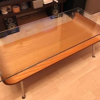 木製のテーブル ガラスと木がいい感じ