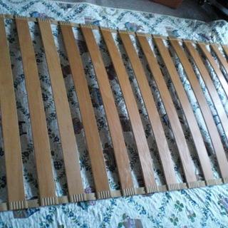 中古 シングル すのこベッド 中央に膨らみを持たせてあります。