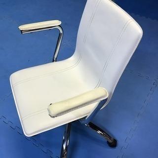 白い椅子肘掛に破れあり