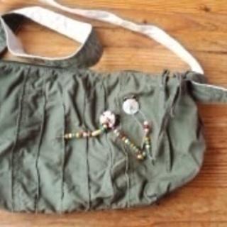 裏地がお洒落なカーキ色の布製のバッグ 100円