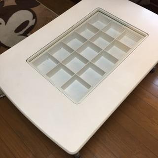 白のガラスコレクションケース付きテーブル