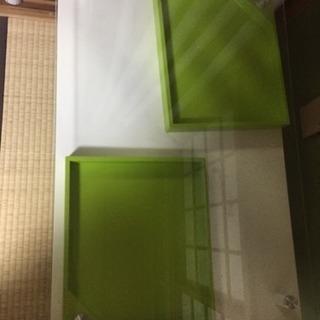 白と黄緑のガラスローテーブル