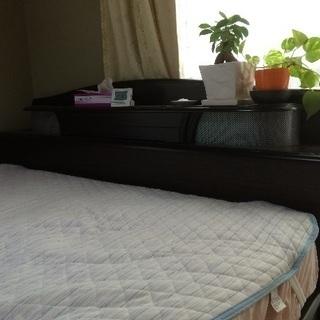 クイーンサイズ綺麗なベッドです。