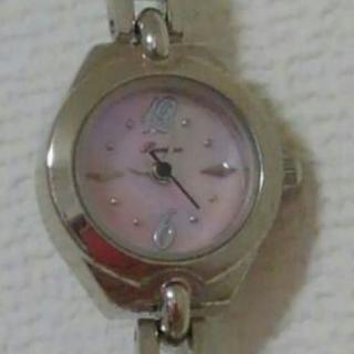 (18)フェイクパールの華奢なブレスレットタイプの腕時計