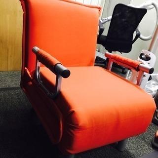 オレンジ色のベットソファー