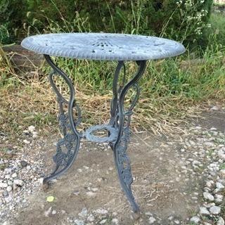 庭に置く金属テーブル