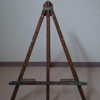 使用済みの古い木製簡易型イーゼルです。