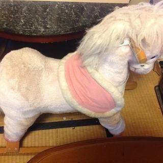 ピンク色の馬