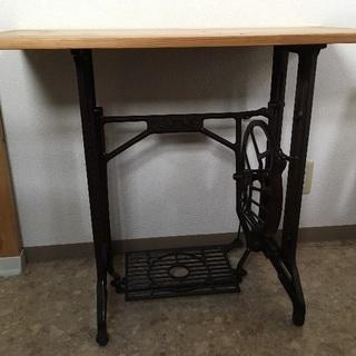 足踏みミシンをリフォームしたテーブル