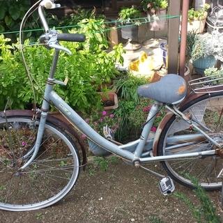 自転車のジャンク品としての出品です。錆びている部分も多くサドルも所...
