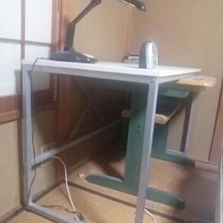 スチール製のテーブルです。